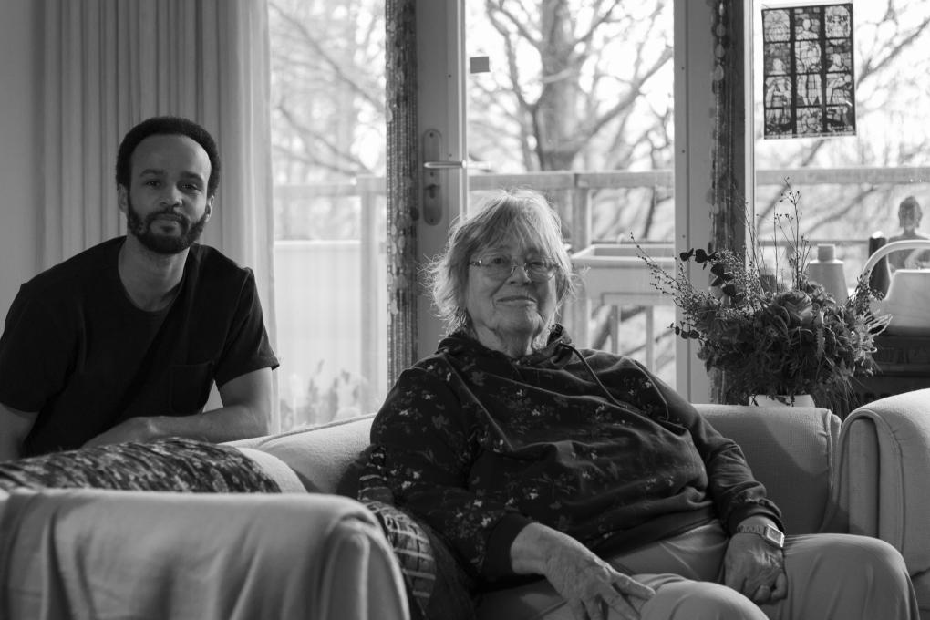 """Dankzij Burennetwerk hebben 4400 buurtbewoners elkaar afgelopen jaar gevonden voor extra hulp en sociaal contact. Zo ook mevrouw Rienks en Leon: """"Ik ben zo blij met hem"""""""