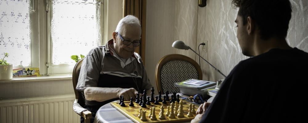 Een potje schaken en een wandeling haalt meneer Bleeker uit de waan van de dag